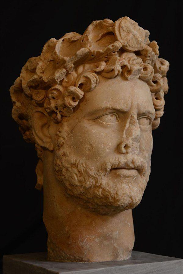 Rostro escultórico de Adriano en el que aparece con la corona cívica.