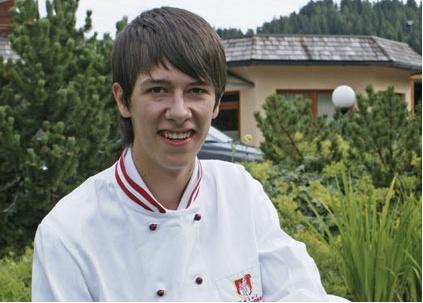 Lukas Wirnsberger. Auszubildender Gastronomiefachmann. Lukas kommt aus Rennweg und ist begeisterter Trompetenspieler. Außerdem hat er einen Hang zu Büchern und schmökert gerne in unserem Wortreich. Für die Ausbildung hat er sich den kreativen Beruf des Kochs und des Restaurantfachmannes ausgesucht.