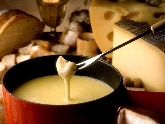 Käsefondue nach Schweizer Art | http://eatsmarter.de/rezepte/kaesefondue-nach-schweizer-art (Blue Cheese Fondue)
