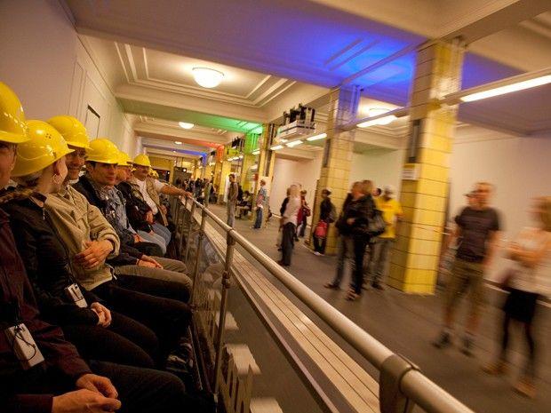 wazzup2!In einem Cabrio-Zug der BVG erkunden Interessierte das U-Bahnnetz von Berlin