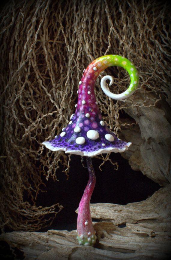 Zu viele Punkte... Rot lila Kalk weiß Fantasie Pilz für Märchen-Gärten, Pot-Dekor, aussen oder innen Einwohner. Elfen, Zwerge, Feen und Trolle sind His\hers Soulmates. Hergestellt aus fimo und Hand bemalt mit Acrylfarben, mit drei Schichten Lack versiegelt. Eingebettet mit Aluminiumdraht, im Blumentopf oder um ein wenig Magie woanders zu platzieren. Indoor- und outdoor-Einsatz, sollte im Inneren für den Winter getroffen werden. Der Glanz nicht wie gefrorene Temperaturen. Es geht um 12,5 cm…