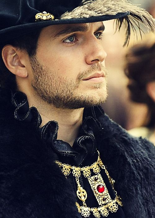Henry Cavill lookin' smokin' in some 16th c. garb. (It's probably not 16th c. but he looks good regardless!)