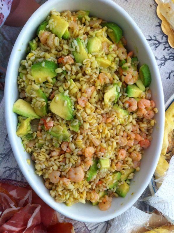 Insalata di cereali con avocado e gamberetti