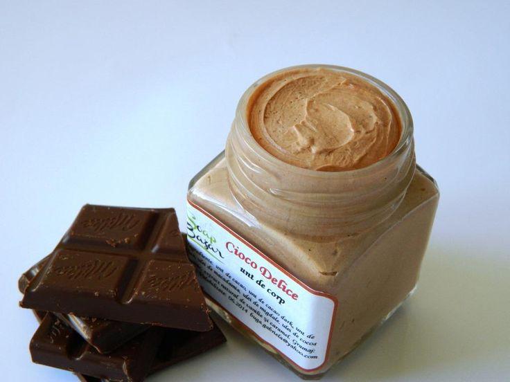 Cioco Delice - unt de corp natural, cu miros demential de ciocolata, caramel si vanilie. Bogat in antioxidanti, omega 6 si 9, hraneste pielea in profunzime, reda supletea si elasticitatea pielii imbatranite, cu vergeturi, afectata de frig, recomandat pentru orice tip de piele in special pentru pielea uscata. http://soapbazar.ro/corp/unt-de-corp/unt-de-corp-natural-ciocolata-vanilie