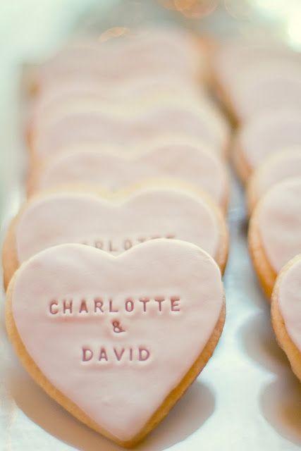 Biscuits en formes de cœur avec glaçage et prénoms des jeunes mariés