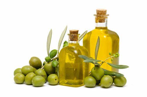 Asi nejčastěji používaný olej v oblasti péče o vlasy. Olivový olej pomáhá vlasy regenerovat a předchází třepení konečků. Jeho konzistence je hutná, není problém jím vlasy zmastit a přetížit. Má specifickou vůni. Používá se do zábalů před mytím nebo jako ochrana konečků po umytí. Doporučuju vmasírovávat do vlhkých konečků, při nanesení na suché vlasy může paradoxně ještě víc vysušit. Koupíte kdekoliv v supermarketu.