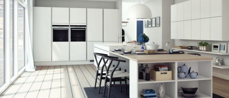 Tidløst hvitt kjøkken med integrerte hvitevarer