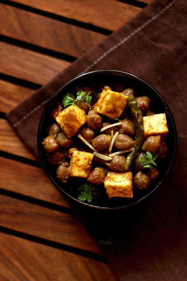 Chole paneer recipe is a spicy punjabi curry of white chickpeas with cottage cheese.