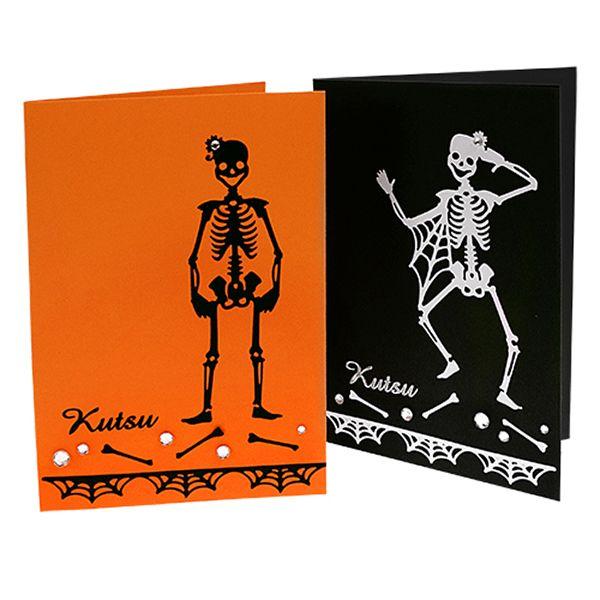 Ääriviivatarrojen avulla valmistettuja Halloween-kortteja.
