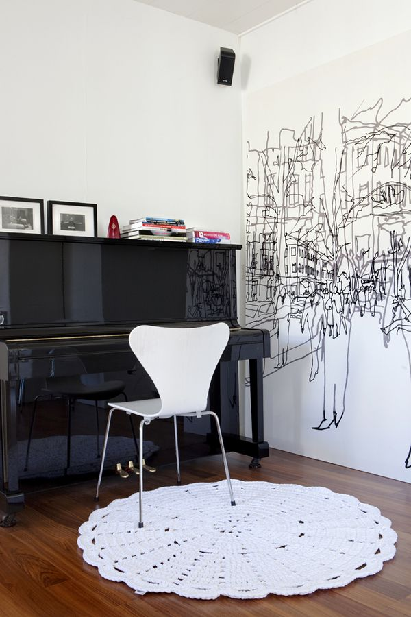 Tapetes de barbante na sala de estar com piano