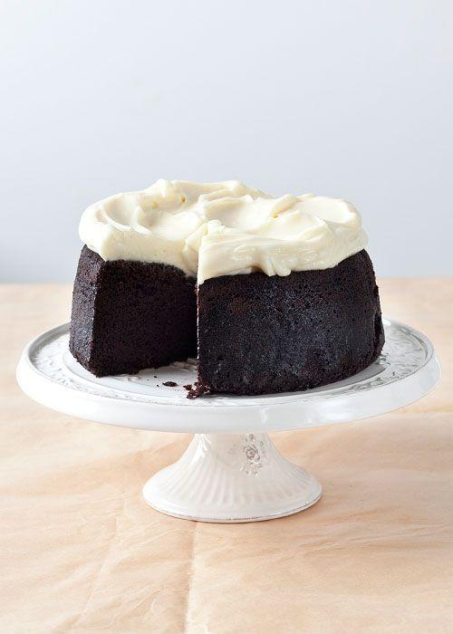 Este fin de semana , como parece que lloverá por todas partes, os propongo preparar esta tarta hecha con cerveza negra Guinness. No os asustéis la tarta no sabrá a cerveza. Queda muy esponjosa, y u...