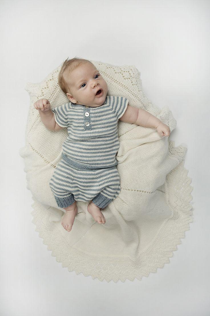 Strik det søde og anvendelige sæt i blødt, økologisk garn. Både bukser og undertrøje strikkes oppefra og ned i ét stykke.