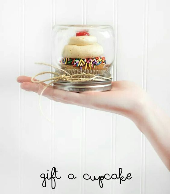 Cupcake in a jar gift idea - use a mini mason jar to 'wrap' a cup cake in to give as en easy homemade DIY gift idea.