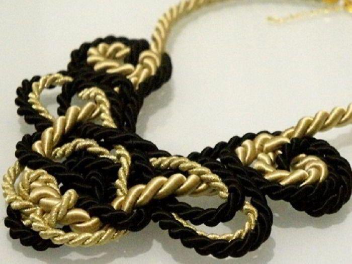 Pour agrémenter votre tenue, nous vous proposons ce tutoriel bijou pour vous fabriquer un collier en nœud marin !