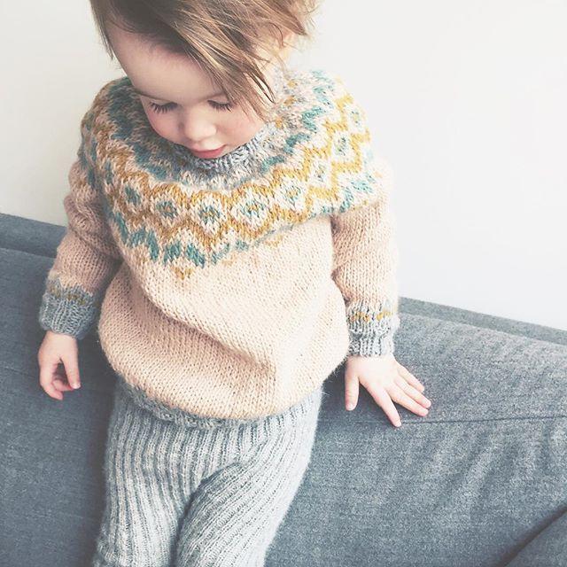 Frøken bustehår i ny #frostgenser, heldigvis ganske stor slik at den passer til høsten også, for nå er jeg lei av genservær. #barnestrikk #knitting_inspiration #knitstagram #knitforkids