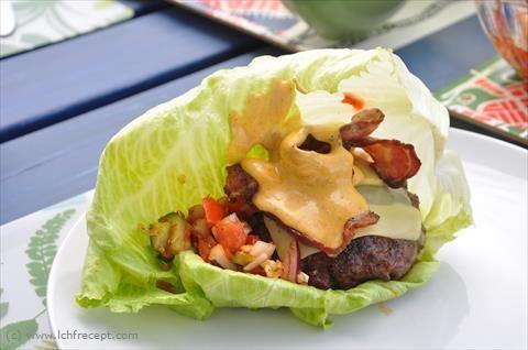 LCHF-Recept: LCHF-burgare i salladsblad med bacon och tomatsalsa