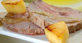 Receta de redondo de ternera relleno de tocino ibérico, asado al horno con verduras y acompañado de una salsa de mostaza.