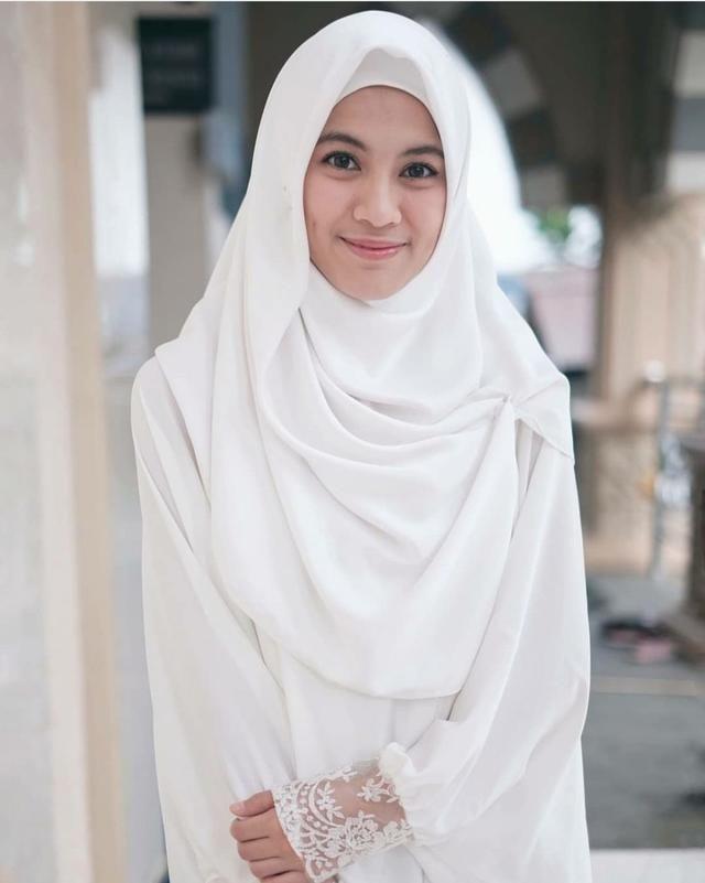10 Ide Hijab Syar I Ala Alyssa Soebandono Yang Tetap Modis Elegan Model Pakaian Muslim Gaya Busana Model Pakaian