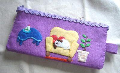 子犬がソファーで眠っているイメージで作りました!ウォッシャブルフェルトを使用しています。zipperはレースの物を使っていてお洒落です☆紫の水玉の裏地を付けま...|ハンドメイド、手作り、手仕事品の通販・販売・購入ならCreema。