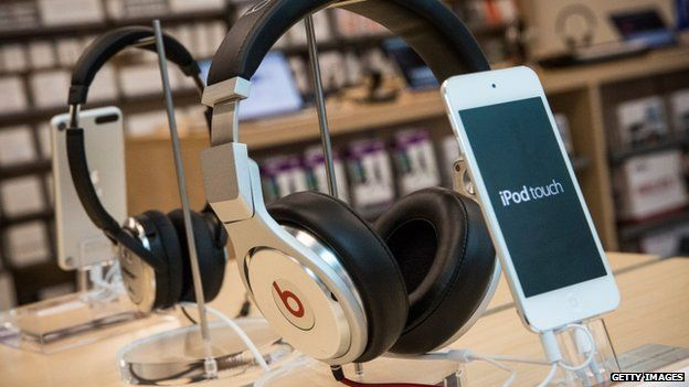 Apple agress to buy headphone maker Beats for $3bn - BBC News