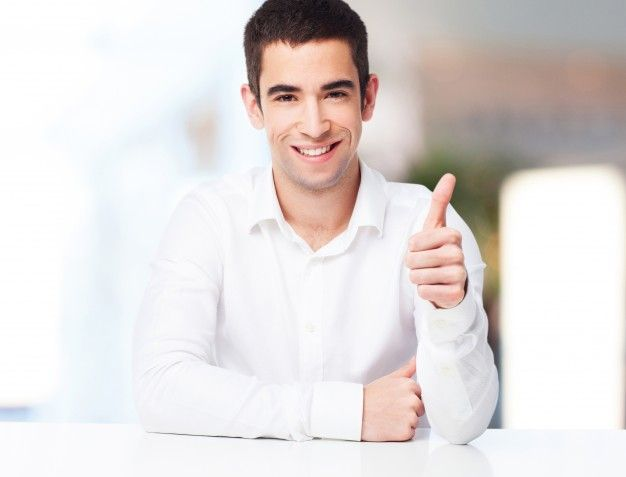 Hombre sonriendo con el pulgar arriba Foto Gratis