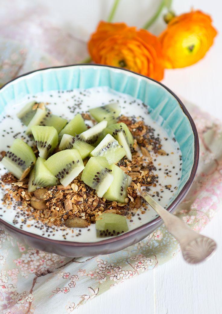 Här har jag gjort en glutenfri granola som passar utmärkt att toppa med lite färsk frukt och servera med laktosfri yoghurt eller fil.