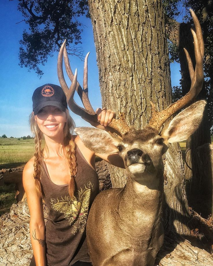 Descobrimos porque tem tantos desses criticando a página e as mulheres que caçam...fiquem espertos ou vão parar na parede delas!!!rs    Get a load of these two beauties for #MuleyMonday ! @julesmcqueen got this gorgeous muley last year in Nebraska! She's also looking pretty adorable in the new #skullboundtv tank top available in bio link! 🔥😍