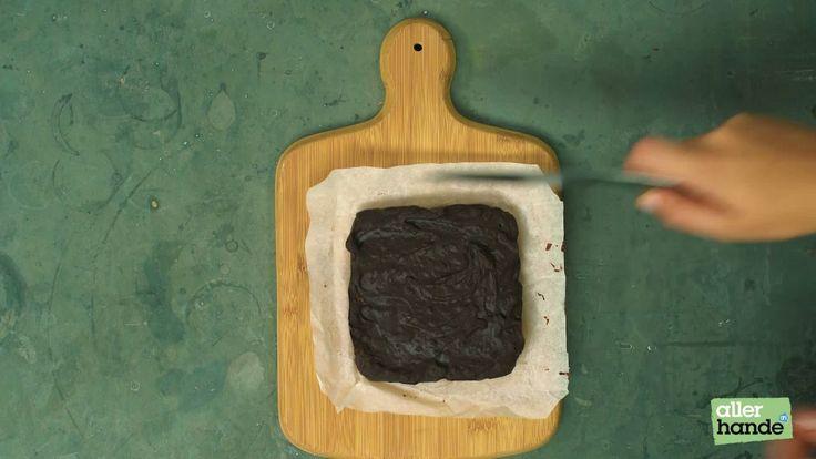Chocolade fudge is natuurlijk al om te smullen, maar dat deze ook nog vegan is, maakt 'm helemaal verrukkelijk. Pure choco happiness!INGREDIËNTEN 200 g extra pure chocolade (bijv die van 72%, AH Biologisch) 1 el kokosbloesemsuiker 1 el kokosolie 1 eetrijpe avocado 2 el gehakte pistachenoten 1. Smelt de chocolade au bain-marie. Breek daarvoor de chocolade in stukjes, doe in een vuurvaste kom en hang die kom in de pan met heet water. Zorg dat de kom het water niet raakt. Laat de chocolade…