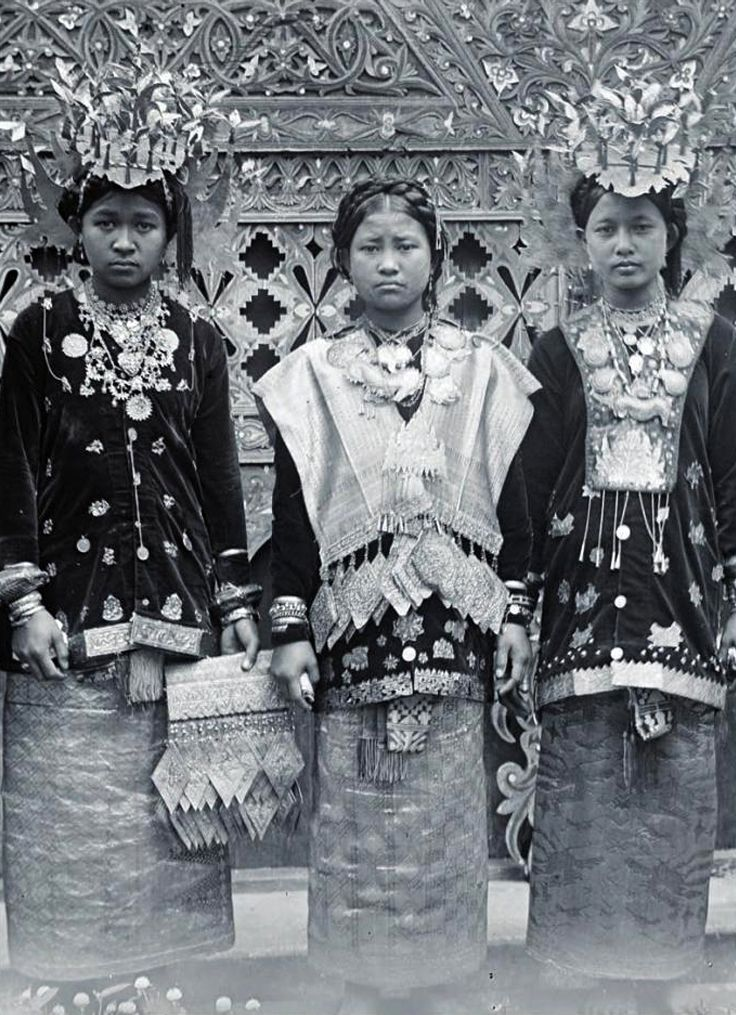 "Indonesia | ""Young Minangkabau women of Solok wear the distinctive golden crowns and long velvet collars typical of the area, as well as large gold necklaces, bracelets and 'makara' pendants typical of West Sumatra in the 19th and early 20th century"" 