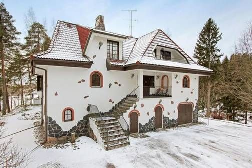 Karkkilalaisen hevostilan päärakennus on on kuin vanha tunnelmallinen kivilinna. Talo on kuitenkin rakennettu vuonna 1988.