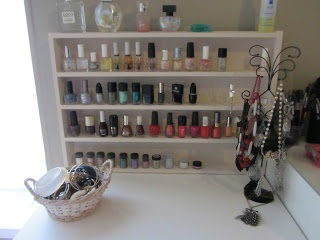 reading for the world: nagellak kastje / nail polish rack
