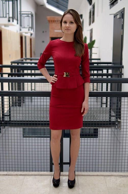 Elegancka sukienka  udekorowana paskiem. Wykonana z najlepszych materiałów. Doskonałe do licznych stylizacji na każdą okazję. Modny design i niepowtarzalny wygląd.
