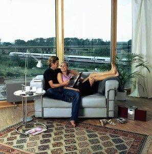 """""""Rechnet sich das denn überhaupt?"""", fragen sich viele Eigenheimbesitzer, wenn sie an den Austausch der alten, zugigen und teilweise defekten Fenster gegen neue Wärmedämmfenster denken. Die Antwort lautet """"Ja"""" – zu diesem eindeutigen Ergebnis kommt eine aktuelle von Professor Gerd Hauser von der TU München und Dr. Rolf-Michael Lüking überarbeitete Studie des Verbandes Fenster + Fassade (VFF) und des Bundesverbandes Flachglas (BF)."""