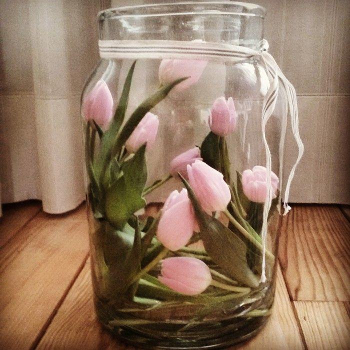 Heerlijk, er zijn weer tulpen te koop! Laat ze een paar uur zonder water en je kunt de tulp makkelijk buigen.  Daarna water geven en genieten!