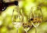 07 - Podemos de todas formas encontrar un caso opuesto, si es que el vino blanco fue añejado en barricas de madera y el vino tinto no.  Entendemos entonces que un vino puede tener más o menos taninos, todo depende de su producción y almacenamiento.