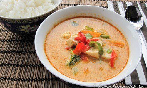En enkel och god thaigryta att göra som kan varieras. Garnera gärna thaigrytan med färsk koriander om du gillar det. Thaigrytan kan också smakas upp med 6 limeblad, citrongräs, färsk ingefära, röd chili samt galangal.