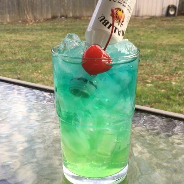 Bahama Waters ▃▃▃▃▃▃▃▃▃▃▃▃▃▃▃▃▃ 1/2 oz. Alize Sour Apple 1/2 oz. Midori 1 oz. Lemonade 1 1/2 oz. UV Blueraspberry Vodka Top with Sprite Mini Malibu Bottle #tipsybartender #tastemybar #tequila #patron #smirnoff #drinkporn #booze #bartender #bacardi #malibu #mixology #mixologist #margarita #letsturnup #liquor #gethappyjuice #alcohol #vodka #ciroc #cocktails #whiskey #foundmycup