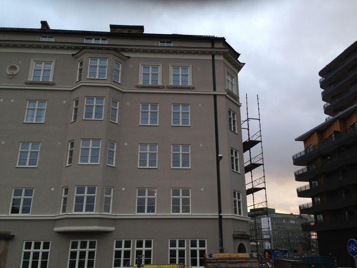 9 november: Här ser vi hörnet på vårt nu snart färdigrenoverade hus med nybygget i bottenplan.