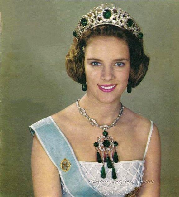 Αποτέλεσμα εικόνας για emerald jewels queen anna maria of greece