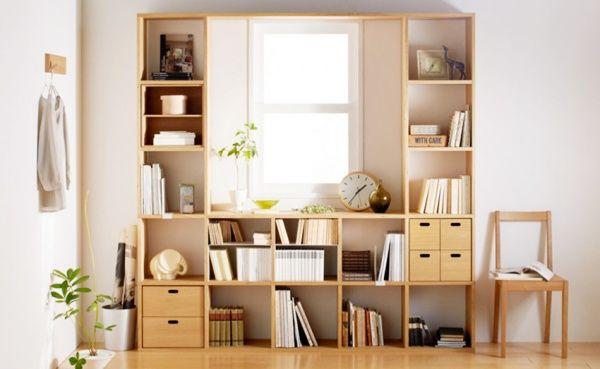 窓の周りに無印良品の棚を使って収納スペースをおしゃれに作りました。
