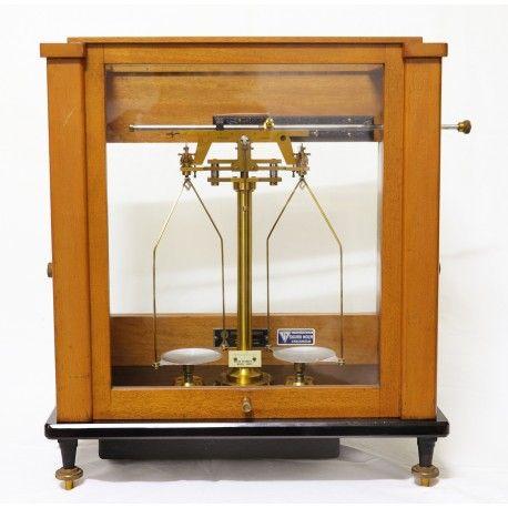 Impresionante balanza para laboratorio o farmacia de los años 1940 de origen inglés en perfecto estado de funcionamiento y de conservación con todas sus pesas.