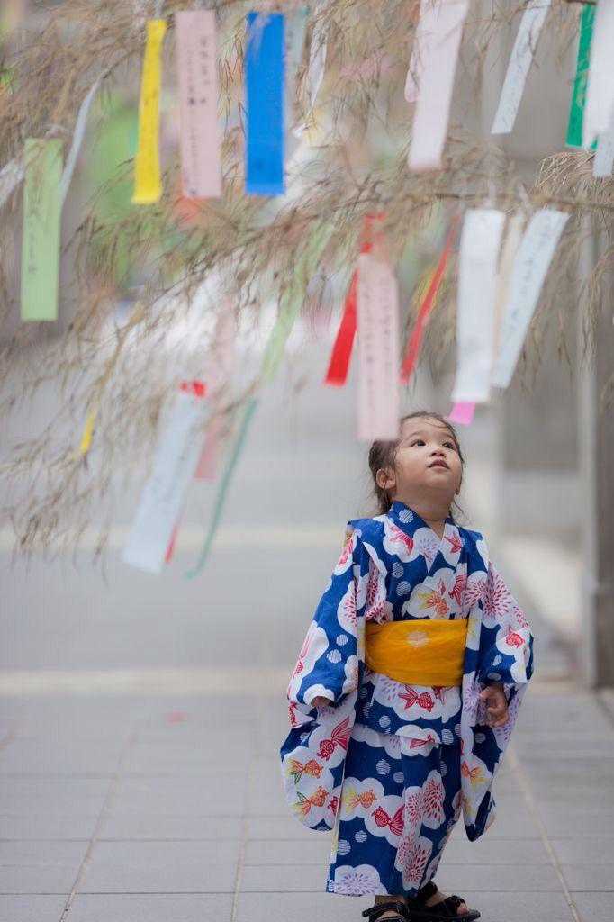 Petit fille en kimono bleu à décor de bulle et de poisson jaune et orange, obi jaune