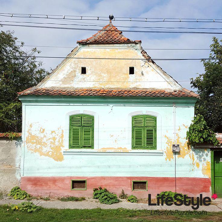 casuta colorata in Viscri