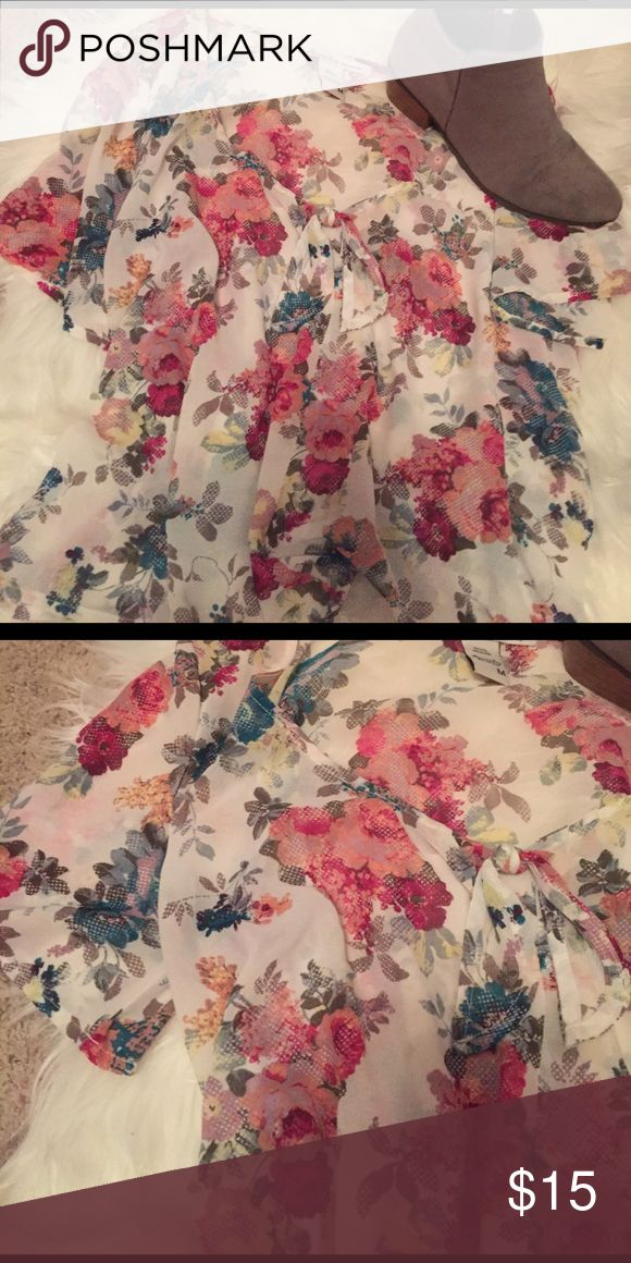 🌸ADORABLE AMERICAN RAG BLOUSE❤ Floral lose, American Rag blouse! Can be dress up or down to fit your needs! Size medium! Thank you for stopping by my closet❤️😊💕 American Rag Tops Blouses