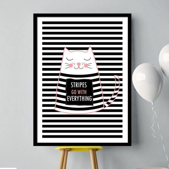 Βάλτε τις ρίγες και τα μοτίβα στη διακόσμηση σας και επιλέξτε το πόστερ με τη ριγέ γάτα σε μαύρο και απαλό ρόζ για να αλλάξετε το παιδικό δωμάτιο.
