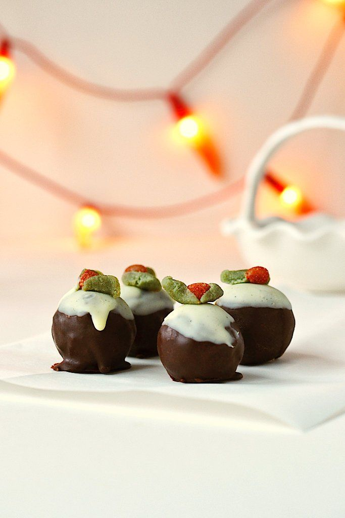 RAW PUDDING BITES-hese healthy energy bites taste JUST like Christmas pudding and are the perfect treat to get you in the Christmassy mood!INGREDIENTS--For the Christmas pudding energy bites--80g ground almonds100g pitted dates130g dried apricotsZest of half an orange and half a lemon½ tsp ground cinnamon1 tsp ground mixed spice1 tsp raw vanilla powder or 1 tsp vanilla bean paste (not raw)--For the chocolate coating--50g cacao butter3 tbsp cacao powder2 tbsp raw sweetenerTiny pinch of sea…