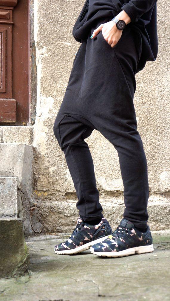 Deze prachtige comfortabele zwarte losse daling Kruis broek zullen uw Must have kledingstuk voor het nieuwe seizoen... Comfortabele en gemakkelijk te dragen tegelijkertijd tijd dus een vleugje elegantie en stijl... Draag hem met extravagante tuniek, sneakers, favoriete tee of bovenkant, of hoodie of trui... of wat anders heb je in gedachten zullen altijd gewoon PERFECT...  Verschillende maten beschikbaar XS, S, M, L, XL, XXL  Stof katoen   Metingen (metingen van het lichaam niet van het…