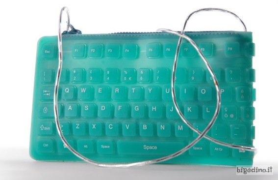 Very geek :)  http://bigodino.it/tecnologia/cocco-drive-laccessorio-che-ogni-donna-appassionata-di-tecnologia-deve-avere.html