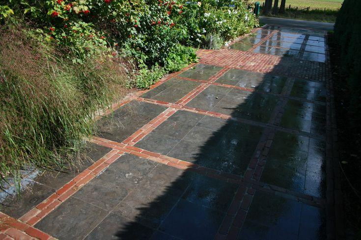 Combinatie bestrating, betonnen tegels met klinkers