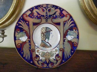 Piatto in maiolica a lustro di Gualdo Tadino. Il piatto porta la firma della Cooperativa Ceramisti CC. Inizio '900. Dimensioni introvabili.